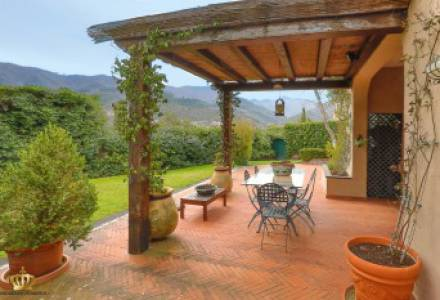 Half-independent Villa with garden and private parking spaces for sale in the Golf Club of Garlenda